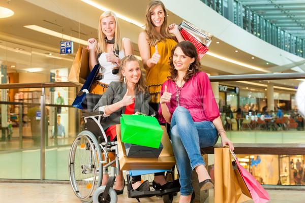 Cuatro femenino amigos silla de ruedas Foto stock © Kzenon