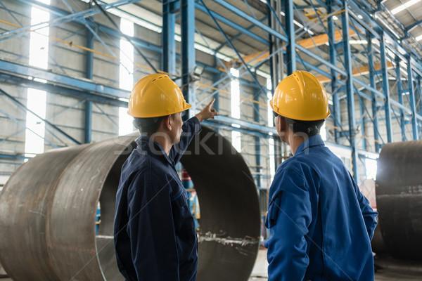 Szakképzett munkás mutat felfelé utasítások gyakornok Stock fotó © Kzenon