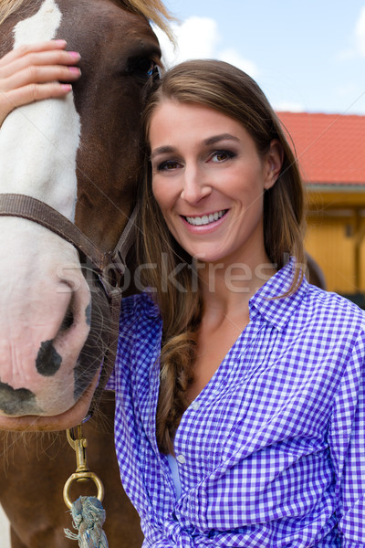 Foto stock: Mulher · jovem · estável · cavalo · luz · do · sol · sorridente · sol
