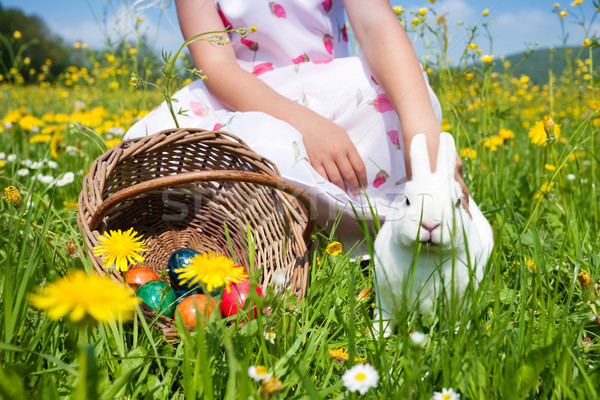 Nina sesión Conejo de Pascua huevos pradera primavera Foto stock © Kzenon