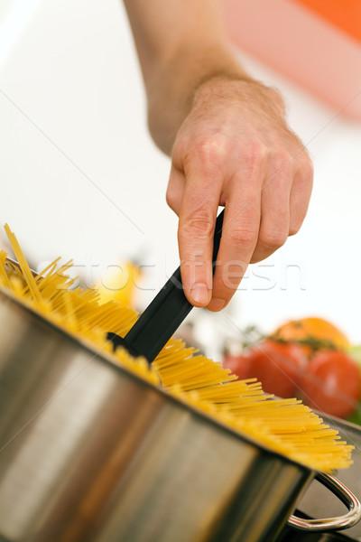 Mulher cozinhar macarrão mãos água quente pote Foto stock © Kzenon