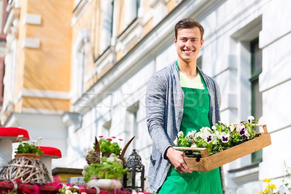 Florista planta suministrar tienda jóvenes guapo Foto stock © Kzenon