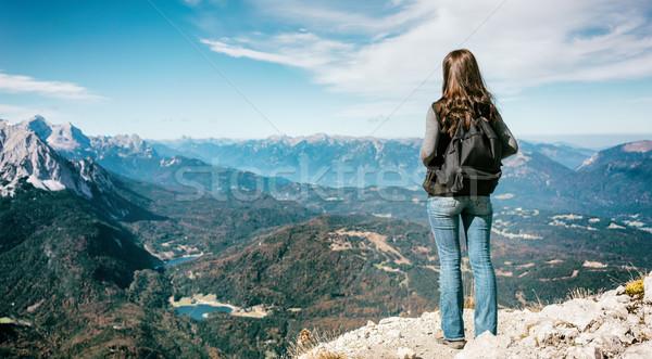 Nő áll hegyek csúcs vakáció kirándulás Stock fotó © Kzenon