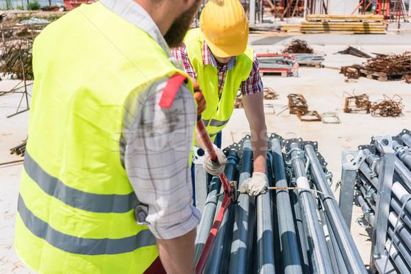 Kettő hatékony alkalmazottak épület fémes állványzat Stock fotó © Kzenon
