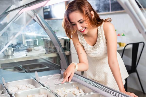 Mosolygó nő kiválaszt étel pult mosolyog vonzó Stock fotó © Kzenon
