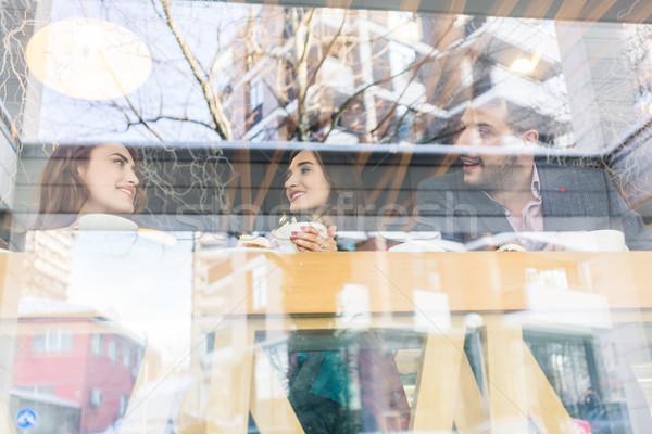 Divatos fiatal nő mutat legjobb barátok képek mobil Stock fotó © Kzenon