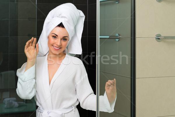Fiatal nő fürdőköpeny hotel fürdőszoba lakosztály frissen Stock fotó © Kzenon