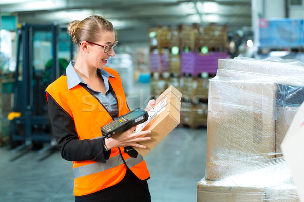 Weiblichen Arbeitnehmer Paket Halle Logistik Weste Stock foto © Kzenon
