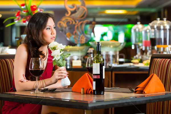 Foto stock: Chino · mujer · espera · restaurante · fecha · nervioso