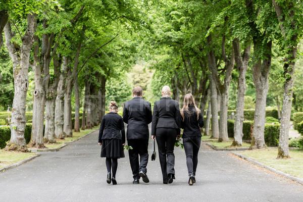 Familie lopen beneden steegje kerkhof man Stockfoto © Kzenon