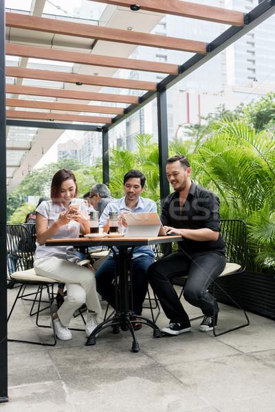 Arkadaşlar kablosuz Internet modern kahvehane Stok fotoğraf © Kzenon