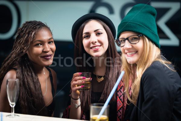 Femenino diverso amigos bebidas fiesta Foto stock © Kzenon