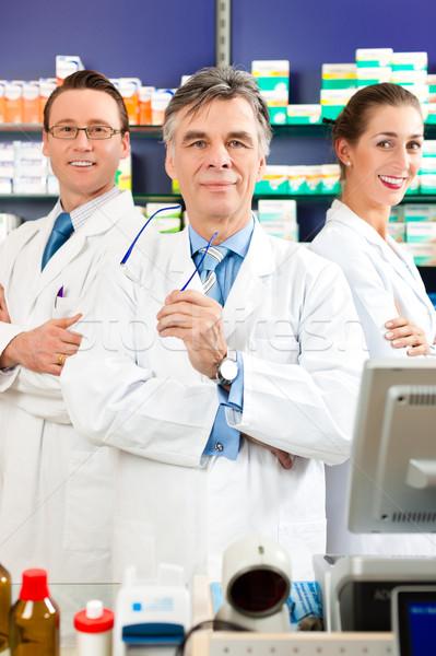 Equipe farmácia farmacêutico em pé farmácia prateleiras Foto stock © Kzenon