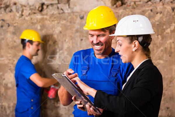 építész felügyelő építkezés megbeszél tervek nő Stock fotó © Kzenon
