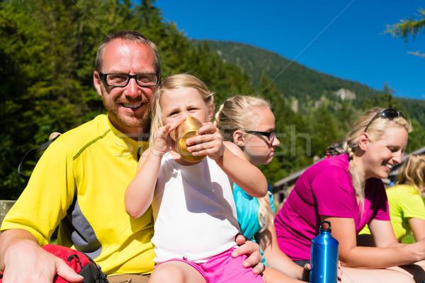 Familia romper senderismo montanas verano mujer Foto stock © Kzenon