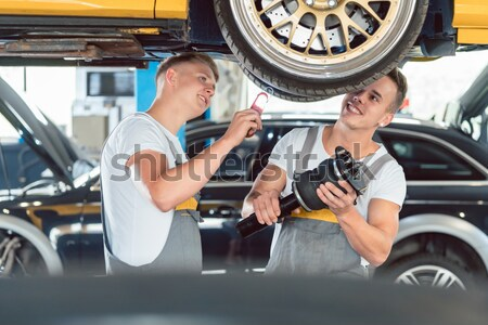 Experiente feminino mecânico de automóveis colega reparar compras Foto stock © Kzenon