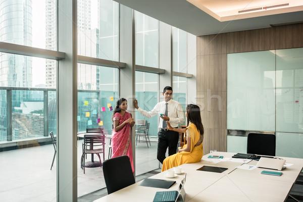 Három indiai alkalmazottak beszél törik tárgyalóterem Stock fotó © Kzenon