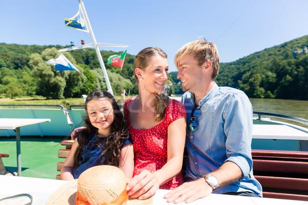 Famiglia seduta felicemente barca fiume crociera Foto d'archivio © Kzenon