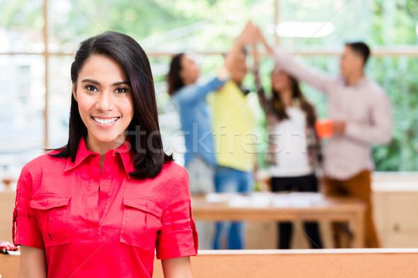 Asian werknemer gelukkig lid geslaagd creatieve Stockfoto © Kzenon