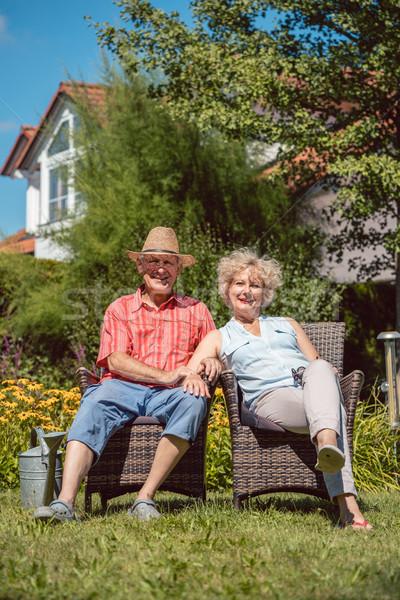Boldog idős pár szeretet megnyugtató együtt kert Stock fotó © Kzenon