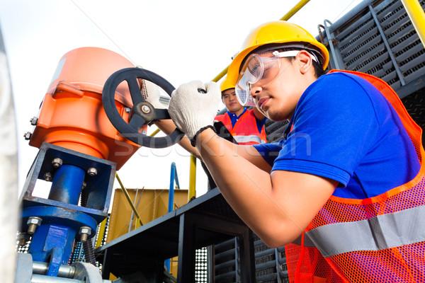 рабочих клапан завода утилита Инженеры здании Сток-фото © Kzenon