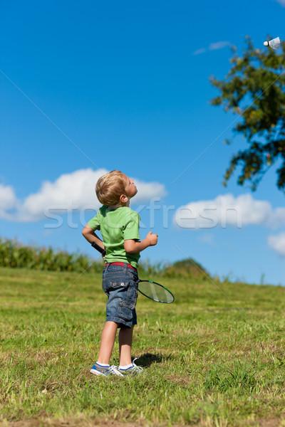 Família pequeno menino jogar badminton ao ar livre Foto stock © Kzenon