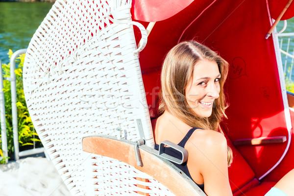 Femme osier banc président jeune femme détente Photo stock © Kzenon