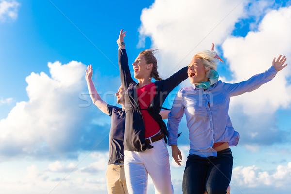 Barátok elvesz séta észak tenger tengerpart Stock fotó © Kzenon