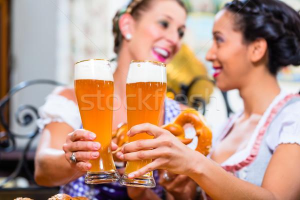 Freundinnen Brezel Bier inn Essen trinken Stock foto © Kzenon