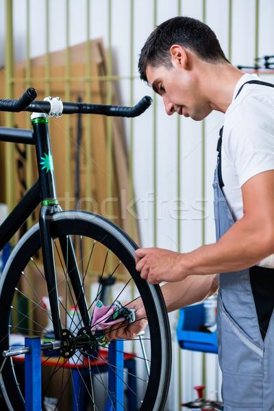 Mecânico bicicleta oficina homem trabalhando Foto stock © Kzenon