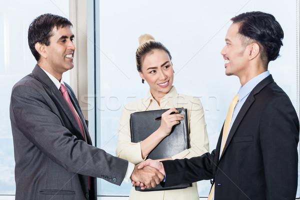 Secretaris aanvrager baas sollicitatiegesprek asian handen schudden Stockfoto © Kzenon