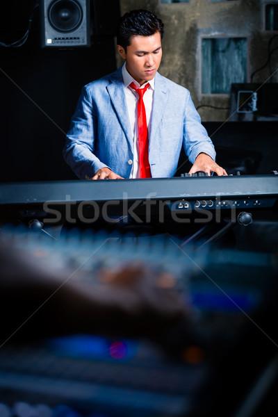 ázsiai játszik zenei stúdió profi zongorista billentyűzet Stock fotó © Kzenon