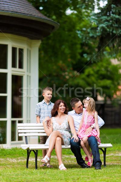семьи сидят домой молодые счастливая семья солнце Сток-фото © Kzenon