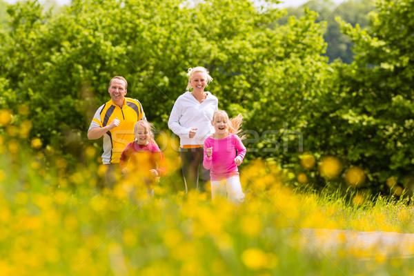 Rodziny jogging łące fitness szczęśliwą rodzinę dwa Zdjęcia stock © Kzenon