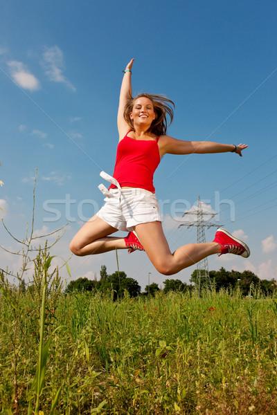 Frau springen Macht Pol rot tshirt Stock foto © Kzenon