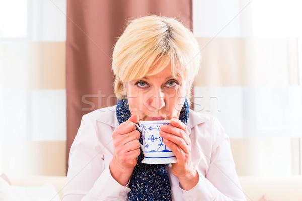 Senior bere tè curare influenza vecchia Foto d'archivio © Kzenon