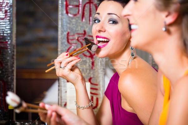 Młodych ludzi jedzenie sushi asia restauracji kobieta Zdjęcia stock © Kzenon