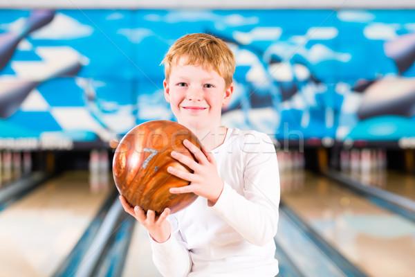 Nino bola de bolos callejón familia manos deporte Foto stock © Kzenon