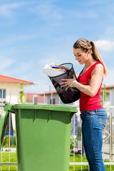 Mulher desperdiçar papel longe recipiente Foto stock © Kzenon
