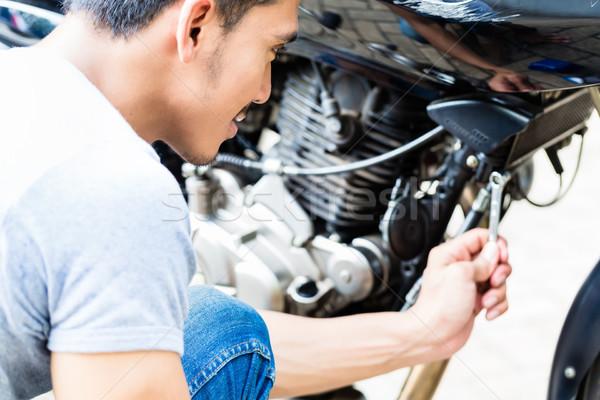 Homem motocicleta asiático trabalhando limpeza Foto stock © Kzenon