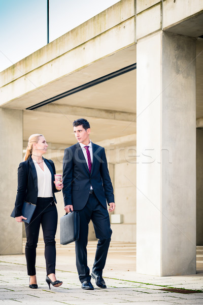 üzletemberek sétál következő megbeszélés beton építészet Stock fotó © Kzenon