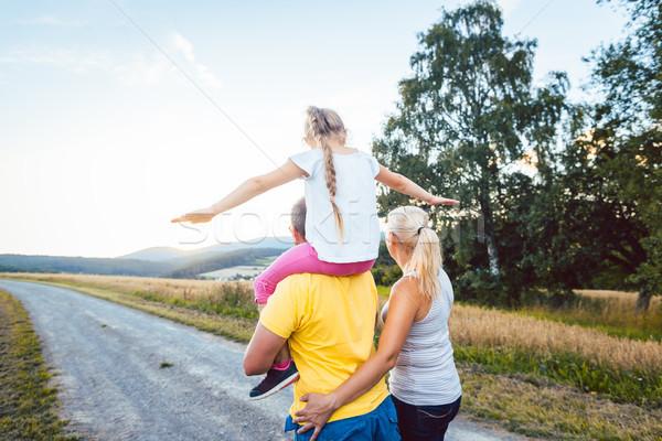 Család hordoz gyermek háton nyár séta Stock fotó © Kzenon