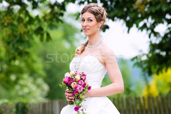 Menyasszony esküvői ruha menyasszonyi virágcsokor esküvő ruha Stock fotó © Kzenon