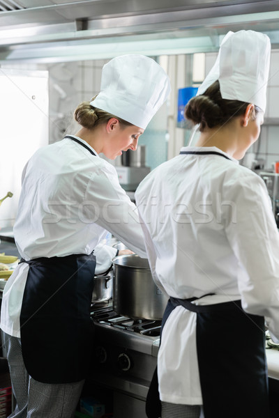 Femenino chefs de trabajo industrial cocina equipo Foto stock © Kzenon