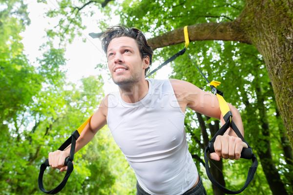 Férfi felfüggesztés edző csúzli sport testmozgás Stock fotó © Kzenon