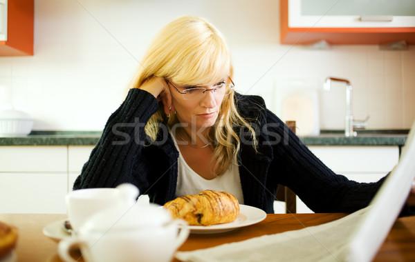 Sabah kâğıt kadın okuma gazete haber Stok fotoğraf © Kzenon