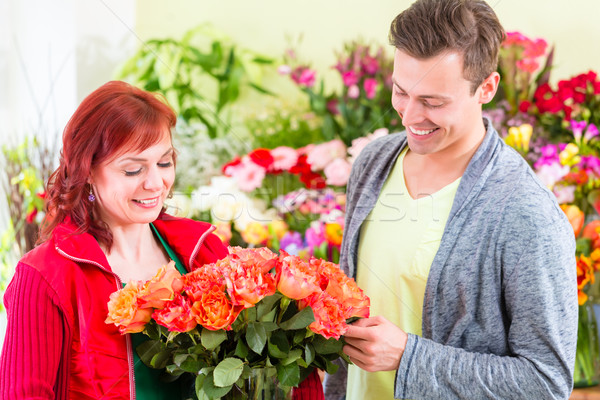 Compra rosas feminino florista Foto stock © Kzenon