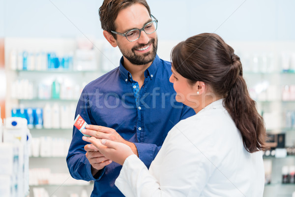 Farmacêutico falante cliente droga armazenar mulher Foto stock © Kzenon