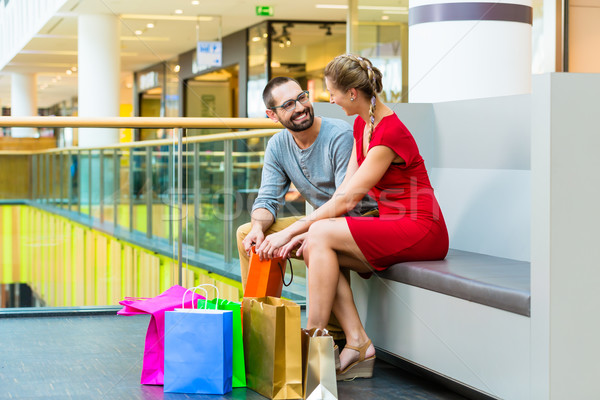 Paar Einkaufszentrum Taschen Sitzung Mann Laden Stock foto © Kzenon
