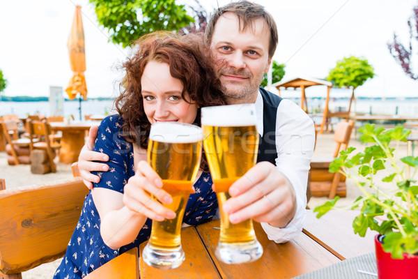 Pareja amigos cerveza jardín pub Foto stock © Kzenon
